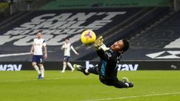Kiper Fulham, Alphonse Areola, berusaha menghalau bola saat melawan Tottenham Hotspur pada laga Liga Inggris di London, Rabu (13/1/2021). Kedua tim bermain imbang 1-1. (Matthew Childs/Pool via AP)