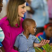 Ratu Spanyol Letizia memangku seorang anak saat upacara penyambutannya di sebuah sekolah daerah kumuh Soleil, Haiti, 23 Mei 2018. Ini merupakan kunjungan pertama Ratu Letizia ke negara termiskin di benua Amerika tersebut. (AP/Dieu Nalio Chery)
