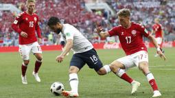 Gelandang Prancis, Nabil Fekir, berusaha melewati gelandang Denmark, Larsen Jens Stryger, pada laga grup C Piala Dunia di Stadion Luzhniki, Moskow, Selasa (26/6/2018). Kedua negara bermain imbang 0-0. (AP/Antonio Calanni)