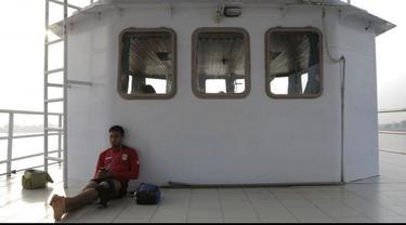 Perahu feri menjadi alat transportasi sehari-hari bagi tim sepak bola Mitra Kukar menyeberangi Sungai Mahakam untuk berlatih di Stadion Aji Imbut.