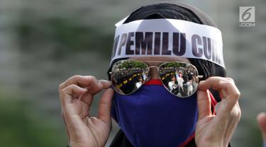 Salah satu peserta aksi massa Gerakan Nasional Kedaulatan Rakyat saat melakukan unjuk rasa di depan Gedung Bawaslu, Jakarta, Selasa (21/5). Mereka menolak hasil Pemilu 2019 yang dinilai banyak terdapat kecurangan. (Liputan6.com/Helmi Fithriansyah)