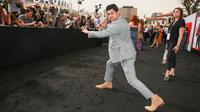 Aktor Indonesia, Iko Uwais memeriahkan acara gala premier film Mile 22 di Los Angeles, Kamis (9/8). Iko Uwais berperan sebagai polisi Indonesia yang bekerja sama dengan agen CIA dalam film besutan Peter Berg tersebut. (Rich Fury/Getty Images/AFP)