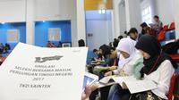 Suasana try out Seleksi Bersama Masuk Perguruan Tinggi Negeri (SBMPTN) yang diselenggarakan Telkomsel bekerja sama dengan Gramedia dan dilaksanakan serentak di 44 kota. (Doc: Telkomsel)