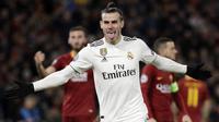 Penyerang Real Madrid, Gareth Bale, melakukan selebrasi usai membobol gawang AS Roma pada laga Liga Champions di Stadion Olimpico, Roma, Selasa (27/11). AS Roma takluk 0-2 dari Real Madrid. (AP/Gregorio Borgia)
