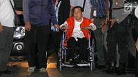 Tersangka korupsi e-KTP, Setya Novanto tiba di Gedung KPK dari Rumah Sakit Cipto Mangunkusumo (RSCM) menggunakan kursi roda pada, Minggu, (19/11). Setnov tiba mengenakan baju rompi tahanan KPK. (Liputan6.com/Herman Zakharia)