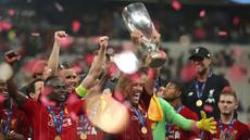 Para pemain Liverpool merayakan gelar juara Piala Super Eropa 2019 setelah menaklukkan Chelsea di Stadion Vodafone Park, Istanbul, Rabu (4/8). Liverpool mengalahkan Chelsea lewat adu penalti dengan skor 5-4. (AP/STR)