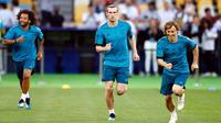 Pemain Real Madrid Marcelo, Gareth Bale, dan Luka Modric melakukan sesi latihan menjelang final Liga Champions di NSC Olimpiyskiy Stadium, Kiev, Jumat (25/5). Final Liga Champions akan mempertemukan Madrid melawan Liverpool. (AP/Matthias Schrader)