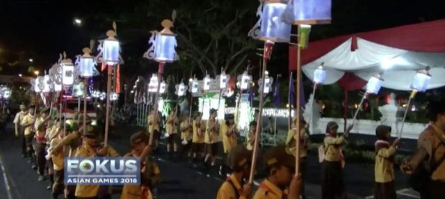 Dalam perayaan HUT Pramuka di Banyuwangi, ribuan pelajar gelar pawai lampion yang bertemakan Asian Games.