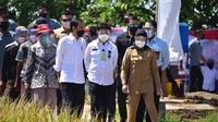 Presiden RI Joko Widodo (Jokowi) meninjau panen padi di Desa Wanasari, Kabupaten Indramayu, Provinsi Jawa Barat.
