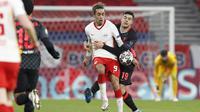 Bek Liverpool, Ozan Kabak, berebut bola dengan pemain RB Leipzig, Yussuf Poulsen, pada laga Liga Champions di Stadion Puskas, Rabu (17/2/2021). Liverpool menang dengan skor 2-0. (AP/Laszlo Balogh)