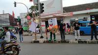 Petugas KPUD melakukan sosialisasi pilkada di berbagai titik di Kota Depok. (Liputan6.com/ George Genesis)
