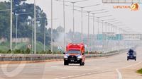 Beberapa kendaraan terlihat telah melintasi jalan tol yang rencananya akan diresmikan oleh Menteri Perhubungan dan Gubernur DKI, Jokowi (Liputan6.com/Johan Tallo)