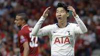 Penyerang Tottenham Hotspur, Son Heung-min, tampak kecewa usai gagal membobol gawang Liverpool pada laga Liga Champions 2019 di Stadion Wanda Metropolitano, Madrid, Minggu (2/6). Liverpool menang 2-0 atas Tottenham Hotspur. (AP/Felipe Dana)