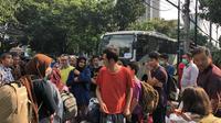 Suasana pencari suaka saat akan direlokasi ke tempat lain. (Liputan6.com/Ratu Annisaa Suryasumirat)