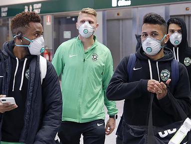 Para pemain Ludogorets mengenakan masker saat tiba di bandara Malpensa di Milan, Italia (26/2/2020). Wabah virus corona COVID-19 yang melanda Italia, membuat pemain Ludogorets mengenakan masker jelang bertanding melawan Inter Milan pada leg kedua babak 32 besar Liga Europa. (Ludogorets FC via AP)