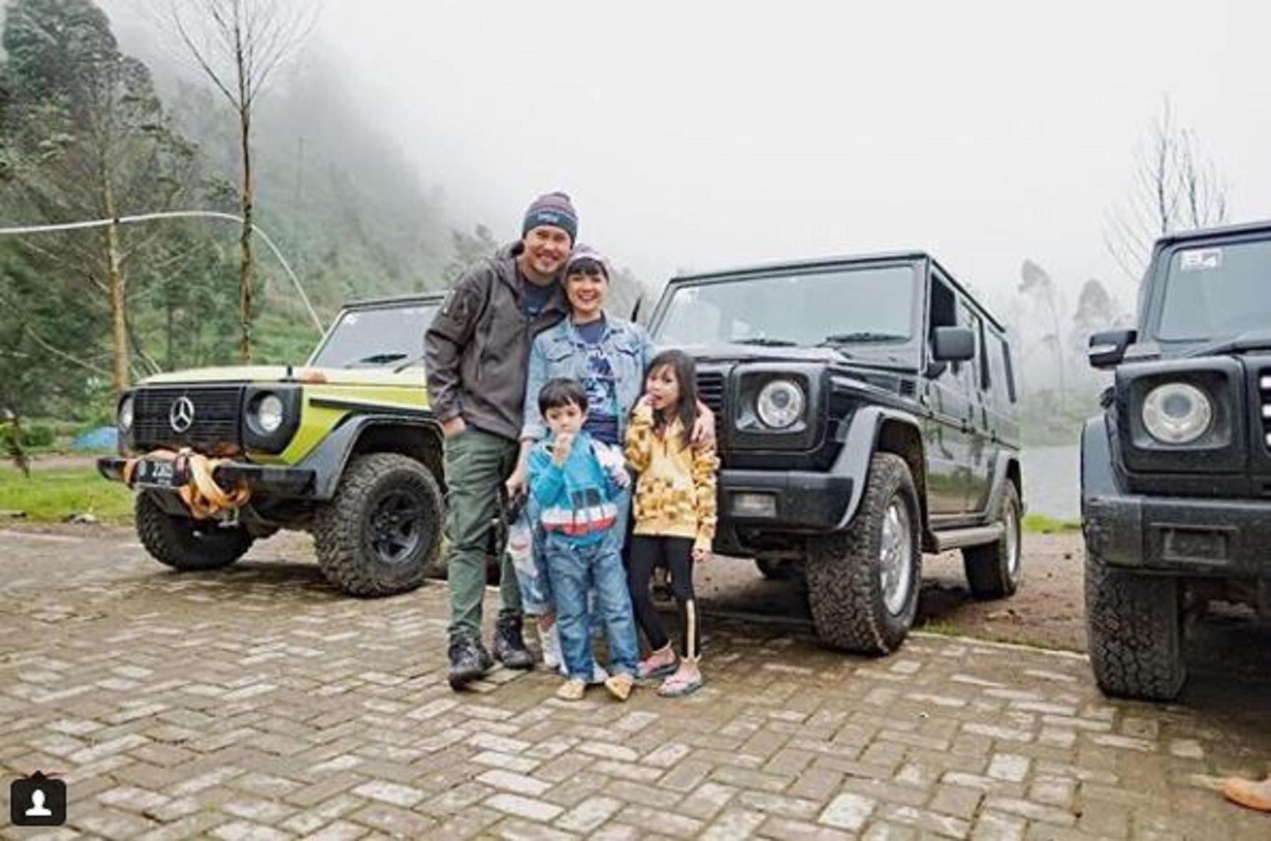 Nirina Zubir dan Ernest Fardiyan Syarif bersama kedua anak mereka (Instagram/@nirinazubir)