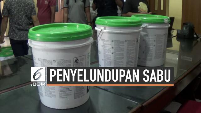 Polda Jatim menggagalkan penyelundupan belasan kilogram sabu yang dimasukkan ke dalam puluhan galon cat. Sabu rencananya akan dibawa ke pulau Madura.