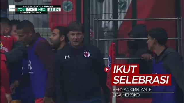 Berita Video, Pelatih Klub Liga Meksiko Ini Ikut Melakukan Selebrasi Usai Mendapat Kartu Merah