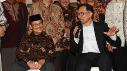 Presiden ke-3 RI Bacharuddin Jusuf Habibie berbincang dengan mantan Wakil PM Malaysia Anwar Ibrahim, Jakarta, Minggu (20/5). Agenda reformasi menjadi salah satu alasan utama Anwar memenuhi undangan bertemu Presiden ke-3 RI. (Liputan6.com/Angga Yuniar)