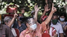 Warga lansia mengacungkan jari saat mengikuti vaksinasi Covid-19 di Puskesmas Kecamatan Cilincing, Jakarta, Selasa (23/2/2021). Untuk pendaftaran, warga lansia dapat melalui website Kemenkes RI atau datang langsung ke puskesmas terdekat. (merdeka.com/Iqbal S. Nugroho)
