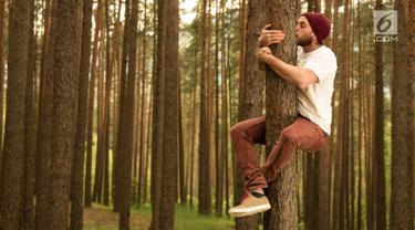 Ilustrasi Orang Peluk Pohon