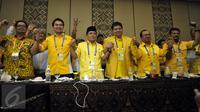 Tujuh Orang Calon Ketua Umum dari kiri : Mahyudin, Aziz Syamsuddin, Ade Komarudin, Airlangga Hartarto, Priyo Budi Santoso, Syahrul Yasin Limpo saat foto bersama di Bali Nusa Dua Convention Center (BNDCC), Bali, Minggu (15/5).(Liputan6.com/JohanTallo)