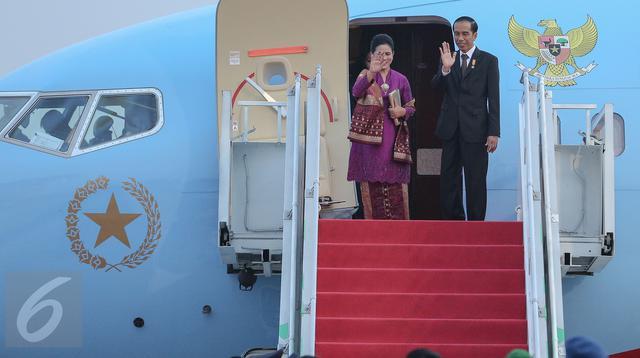 Presiden Jokowi dan Istri melambaikan tangan sebelum memasuki pesawat di Bandara Halim Perdana Kusuma, Jakarta,(24/10/2015). Tujuan utama Jokowi adalah meningkatkan hubungan bilateral, terutama investasi dan perdagangan. (Liputran6.com/Faizal Fanani)