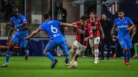 AC Milan memulai pertandingan dengan sangat berani. Mereka langsung melakukan pressing ke pertahanan Atletico. Sang tamu pun dibuat gugup. (AFP/Miguel Medina)