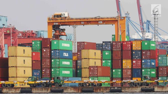 Tumpukan peti barang ekspor impor di Pelabuhan Tanjung Priok, Jakarta, Senin (17/7). Ekspor dan impor masing-masing anjlok 18,82 persen dan 27,26 persen pada momen puasa dan Lebaran pada bulan keenam ini dibanding Mei 2017. (/Angga Yuniar)