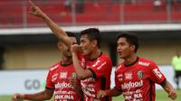 Para pemain Bali United merayakan gol ke gawang PSPS Riau dalam lanjutan penyisihan Grup D Piala Presiden di Stadion Kapten I Wayan Dipta, Gianyar, Rabu (24/1/2018). Bali United menang 3-2. (https://twitter.com/liga1match)