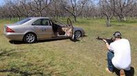 Mercedes Benz S Class ditembaki dengan bergam senjata api. (Carscoops)