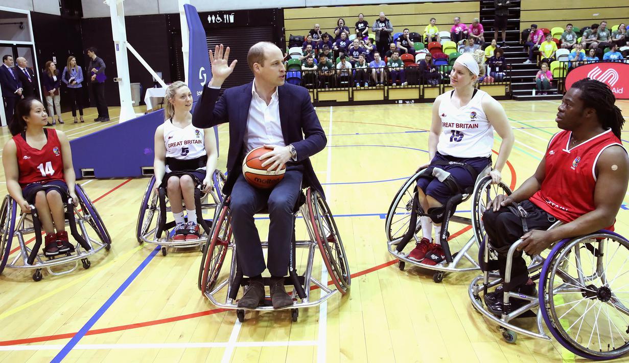 Pangeran William menemui pemain basket kursi roda dalam kunjungannya ke Copperbox Arena, London, Kamis (22/3). Dalam kesempatan tersebut, Pangeran William didampingi sang istri, Duchess of Cambridge Kate Middleton. (Chris Jackson/Pool via AP)