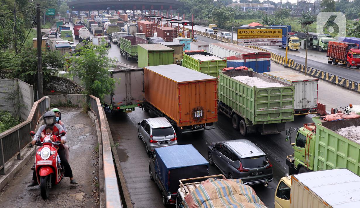 Kemacetan panjang di Gerbang Tol Cikupa, Kabupaten Tangerang, Banten, Kamis (6/5/2021). Kemacetan panjang terjadi akibat adanya pemberlakuan penyekatan larangan mudik Lebaran yang berlaku hari ini hingga 17 Mei mendatang. (Liputan6.com/Angga Yuniar)