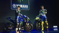 Duo pembalap Monster Energy Yamaha, Valentino Rossi (kanan) dan Maverick Vinales, pada acara peluncuran motor baru di Hotel Four Seasons, Jakarta, Senin (4/2/2019). (Bola.com/Benediktus Gerendo Pradigdo)