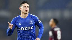 Pemain Everton, James Rodriguez, melakukan selebrasi usai mencetak gol ke gawang Leicester City pada laga Liga Inggris di Stadion Goodison Park, Rabu (27/1/2021). Kedua tim bermain imbang 1-1. (Paul Ellis/Pool via AP)