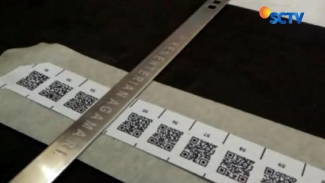 Tapi dengan gelang berbarcode cukup memindai kode QR pada gelang maka akan terdeteksi lokasi jemaah