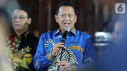 Ketua MPR Bambang Soesatyo memberikan keterangan terkait pengantaran undangan pelantikan Presiden dan Wapres periode 2019-2024 ke kediaman SBY di Puri Cikeas, Bogor, Jawa Barat, Rabu (16/10/2019). Pelantikan Presiden dan Wapres akan berlangsung pada 20 Oktober 2019. (Liputan6.com/Herman Zakharia)