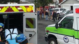 Warga melihat kobaran asap setelah pesawat Cessna 414A jatuh di sebuah rumah di Yorba Linda, California (3/2). Dilaporkan ada 4 orang tewas akibat kejadian ini, namun identitas korban belum diungkap. (AP Photo/Alex Gallardo)