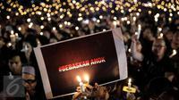 Ribuan pendukung Basuki Tjahaja Purnama atau Ahokmenggelar acara Malam Solidaritas atas Matinya Keadilan di Tugu Proklamasi, Jakarta (10/05). Mereka menyanyikan lagu-lagu nasional dengan menyalakan lilin. (Liputan6.com/Faizal Fanani)