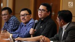 Anggota Pansus Hak Angket KPK, Arteria Dahlan (kedua kanan) memberi keterangan pers di Jakarta, Senin (20/9). Pansus Hak Angket KPK membeberkan temuan terkait pengadaan alat berat yang diduga dilakukan Ketua KPK Agus Rahardjo. (Liputan6.com/Johan Tallo)