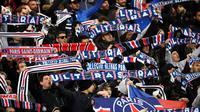 Aksi fans PSG saat mendukung timnya melawan Dijon pada laga Ligue 1 di Parc des Princes stadium, Paris, (17/1/2018). PSG menang telak 8-0. (AFP/Christophe Simon)