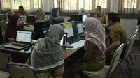 Suasana kerja PNS di Kota Cirebon. Foto (Liputan6.com / Panji Prayitno)