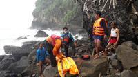 Pencari lobster temukan jenazah nelayan lain yang tenggelam di Selatan Nusakambangan, Sabtu (6/2/2021). (Foto: Liputan6.com/Basarnas-Ridlo)