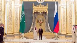 Suasana pertemuan Presiden Rusia, Vladimir Putin dan Raja Arab Saudi Salman bin Abdulaziz Al Saud di Kremlin, Moskow, Rusia (5/10). Putin dan Salman diperkirakan membincangkan pasar minyak global dan konflik Suriah. (AP Photo/Pavel Golovkin)
