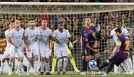 Gelandang Barcelona, Lionel Messi, melakukan tendangan bebas saat melawan PSV Eindhoven pada laga Liga Champions di Stadion Camp Nou, Barcelona, Selasa (18/9/2018). Barcelona menang 4-0 atas PSV. (AFP/Josep Lago)