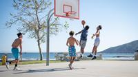 Ilustrasi Bermain Basket (Photo by Tim Mossholder on Unsplash)