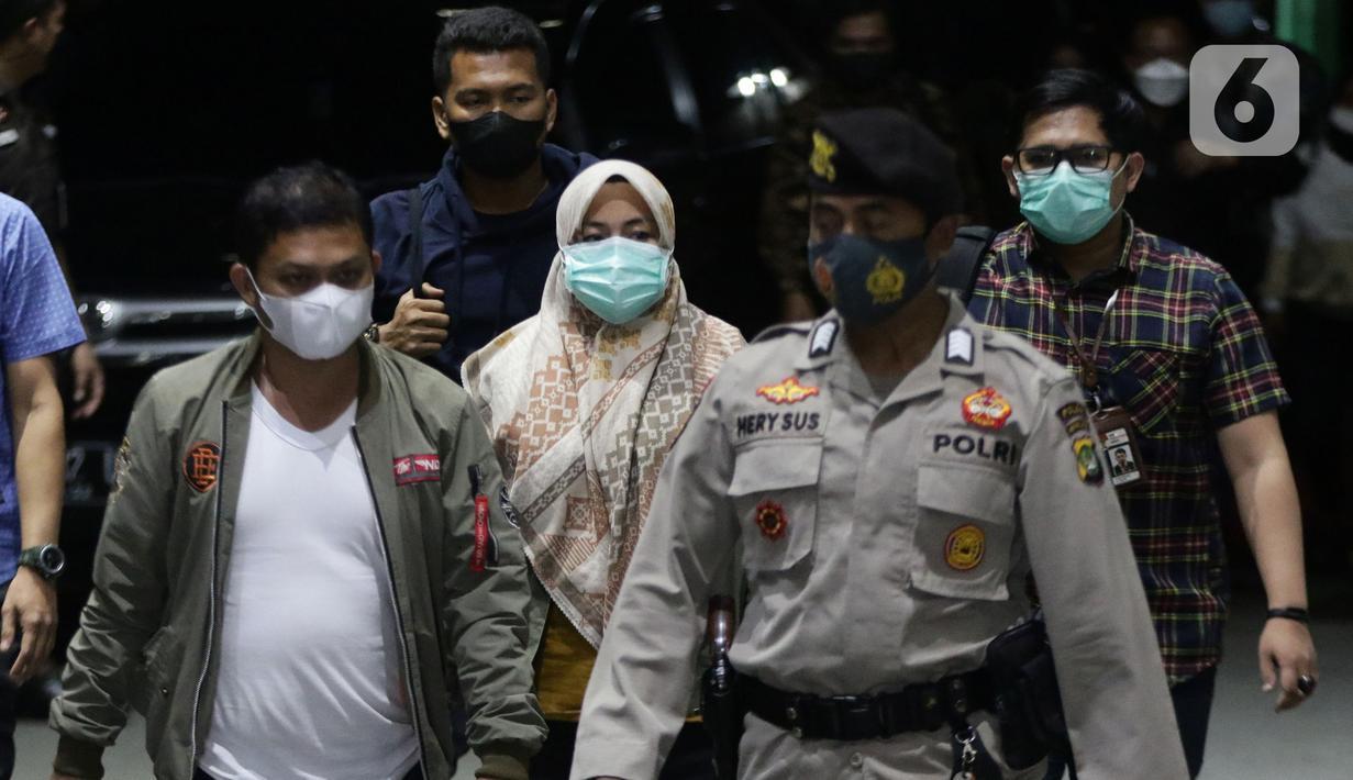 Bupati Kolaka Timur (Koltim) Sulawesi Tenggara, Andi Merya Nur (tengah) saat tiba di Gedung KPK, Jakarta, Rabu (22/9/2021). Sebelumnya, Andi Merya Nur terjaring operasi tangkap tangan (OTT) KPK bersama lima orang lainnya pada Selasa (21/9) malam. (Liputan6.com/Helmi Fithriansyah)