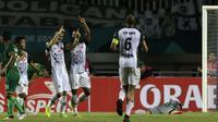 Striker PS Tira, Aleksandar Rakic, merayakan gol yang dicetaknya ke gawang PSMS Medan pada laga Liga 1 di Stadion Pakansari, Jawa Barat, Rabu (5/12). PSMS kalah 2-4 dari PS Tira. (Bola.com/Yoppy Renato)