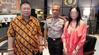 Unit PPA Polrestabes Surabaya, langsung mendatangi RS National Hospital untuk meminta keterangan terkait kasus pelecehan perawat terhadap pasien. (Liputan6.com/Dian Kurniawan)