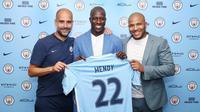Pelatih Pep Guardiola (kiri), memperkenalkan Benjamin Mendy (tengah) sebagai penggawa baru Manchester City. (Twitter Manchester City)